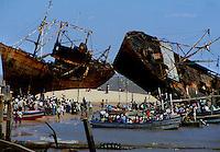 Beira / Mozambique 1993.Fishermen and abandoned ships destroyed during the civil war on the beach of Beira ( region of Sofala )....- Pescatori e navi abbandonate distrutte durante la guerra civile sulla spiaggia di Beira (regione di Sofala)..Photo Livio Senigalliesi.