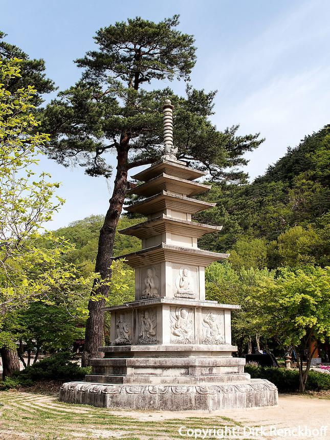 Steinpagode im Nationalpark Seoraksan bei Sokcho, Provinz Gangwon, S&uuml;dkorea, Asien, UNESCO-Biosph&auml;renreservat<br /> Stone pagoda in Seoraksan National Park near Sokcho, province Gangwon, South Korea, Asia, UNESCO Biosphere reserve