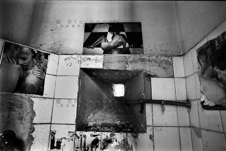 il gabinetto in una cella dell'ex carcere san Donnino di Como. Manifesti erotici