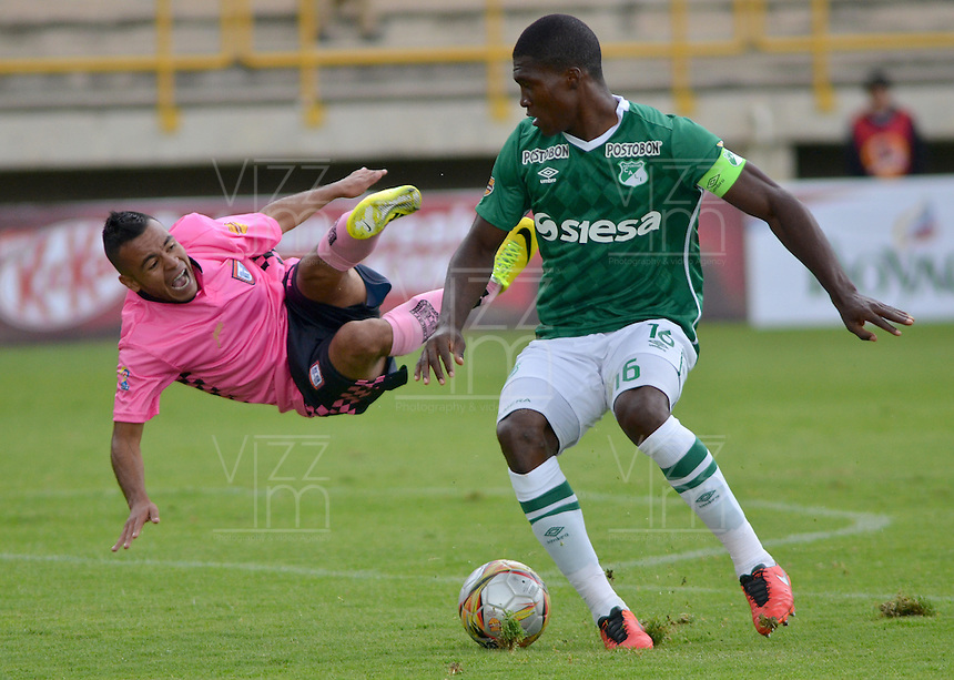 TUNJA -COLOMBIA, 02-04-2016. Herbert E. Soto (Izq) jugador de Boyacá Chicó FC disputa el balón con German Mera (Der) jugador de Deportivo Cali durante partido por la fecha 11 Liga Águila I 2016 realizado en el estadio La Independencia en Tunja. / Herbert E. Soto (L) player of Boyaca Chico FC fights for the ball with German Mera (R) player of Deportivo Cali during match for the date 11 of Aguila League I 2016 played at La Independencia stadium in Tunja. Photo: VizzorImage/César Melgarejo/Cont
