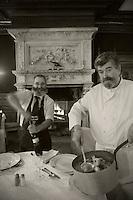 Europe/France/Midi-Pyrénées/81/Tarn/Cordes-sur-Ciel:  Claude Izard de l' Hostellerie du Parc sert son poulet aux écrevisses avec son maitre d'Hôtel
