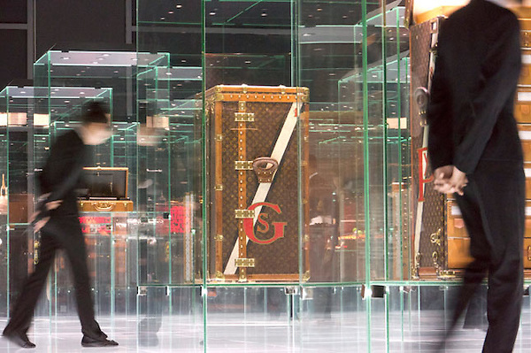 PEK16 PEKÍN (CHINA) 31/5/2011.- Vista general de la exhibición de maletas de la firma francesa de complementos de lujo Louis Viutton en una de las salas del Museo Nacional de China, ubicado al este de la histórica plaza de Tiananmen de Pekín (China), hoy, martes 31 de mayo de 2011. El museo, que fue inaugurado en 1959, reabrió sus puertas al público el 01 de marzo de 2011. Tras permanecer cerrado durante 4 años por reformas, el recinto fue ampliado y ahora ocupa 191. 900 metros cuadrados. EFE/ADRIAN BRADSHAW
