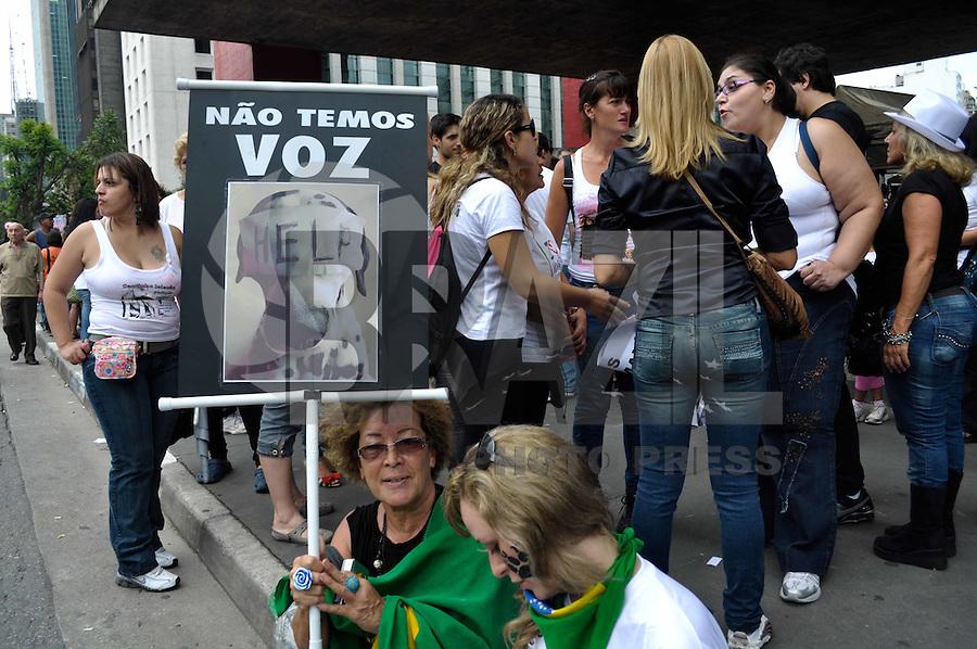 SAO PAULO, SP, 22 DE JANEIRO DE 2012 - MANIFESTAÇÃO CONTRA MAUS TRATOS DOS ANIMAIS - Manifestação contra maus tratos e violencia aos animais realizada na manha deste domingo na Av. Paulista em São Paulo. FOTO: LEVI BIANCO - NEWS FREE