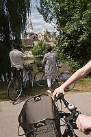 Europe/France/Aquitaine/24/Dordogne/Périgueux: Détente sur  la voie verte qui longe l'Isle et traverse l'agglomération en fond  la cathédrale Saint-Front, découverte  de la ville à vélo
