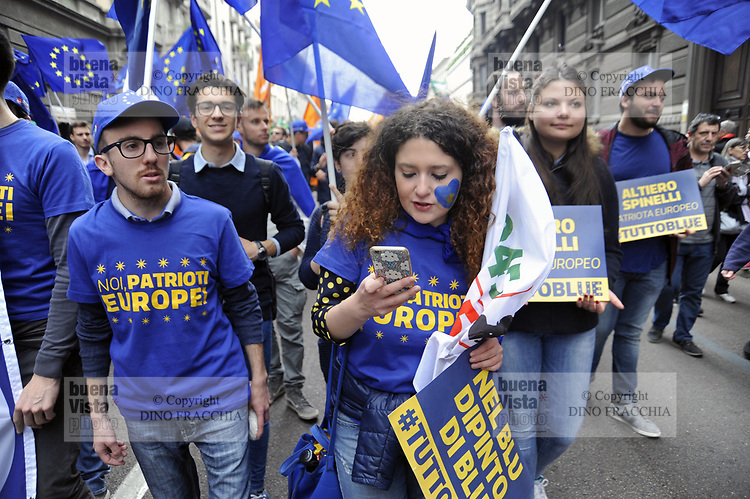 - Milano, manifestazione del 25 aprile, anniversario della Liberazione, sfila il PD, Partito Democratico, con simboli europeisti<br />