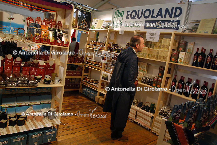 Bancarelle di artigianato e prodotti equosolidali. Equoland..Stalls of crafts and fair trade products.....