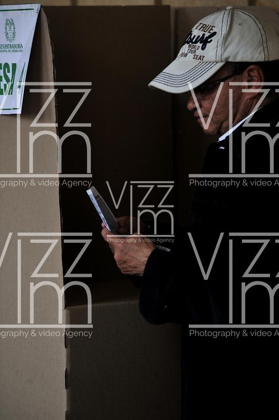 BOGOTÁ – COLOMBIA, 27-05-2018: Ciudadano colombiano ejerce su derecho al voto en La Plaza de Bolívar, durante la jornada de elecciones Presidenciales para el periodo 2018-2022. / Colombian citizen exercise his right to vote in the Plaza de Bolívar, during the presidential election day for the period 2018-2022. Photo: VizzorImage/ Luis Ramirez / Staff.