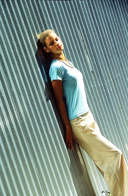 Beaute, femme blonde se bronzant au soleil *** Blonde girl tanning herself in the sun, Female Beauty
