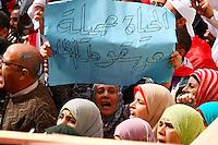 """MHK113 CAIRO (EGIPTO), 25/2/2011.- Una mujer sostiene un cartel en el que se lee, en árabe: """"la vida es bella después de la caída del régimen"""" durante una manifestación en la plaza de Tahrir en el Cairo, Egipto, hoy, viernes 25 de febrero de 2011. Decenas de miles de personas salieron hoy a la calle en Egipto para exigir cambios reales y un nuevo gobierno. EFE/Str.."""