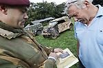 Foto: VidiPhoto<br /> <br /> ARNHEM – Eigenaar-directeur Eef Peeters (r) van het Arnhems Oorlogsmuseum '40-'45 tijdens de Race to the Bridge vorig jaar. Ieder jaar rijdt Peeters mee met een aantal historische voertuigen uit de oorlog, zowel Duits als Engels. Dit jaar mogen hij, zijn museum en de vrijwilligers niet meer mee doen van de organisatie omdat ze te brutaal zouden zijn. Foto: Op de achtergrond de Duitse kübel die van de organisatie niet meer mee mag doen.