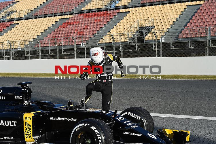 Formel 1 Testfahrten 2016 in Barcelona<br /> Kevin Magnussen (DEN#20) Renault Sport F1 Team rollt mit defektem Auto Ende der Boxengasse aus<br /> <br /> <br /> Foto &copy; nordphoto /  Bratic