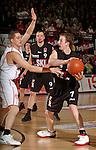 Basketball, BBL 2003/2004 , 1.Bundesliga Herren, Wuerzburg (Germany) X-Rays TSK Wuerzburg - GHP Bamberg (62:84) rechts Rick Stafford (Bamberg) am Ball gegen links Markus Hallgrimson (Wuerzburg) hinten Uvis Helmanis (Bamberg)