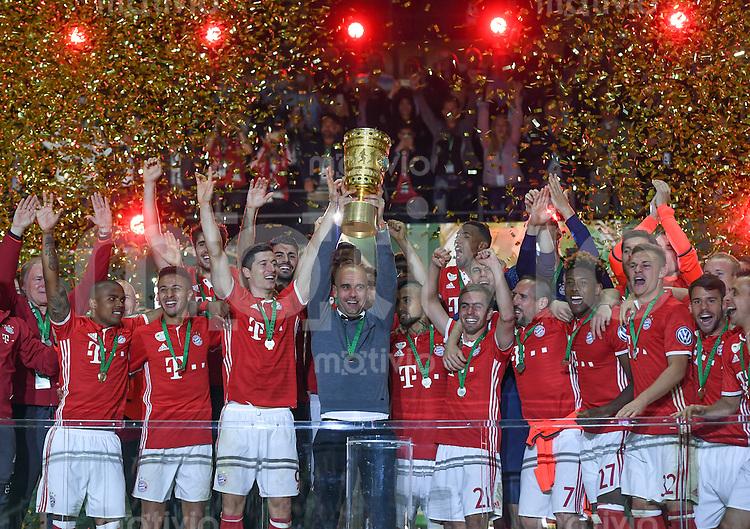FUSSBALL  DFB POKAL FINALE  SAISON 2015/2016 in Berlin FC Bayern Muenchen - Borussia Dortmund         21.05.2016 DER FC BAYERN IST POKALIEGER 2016: Trainer Pep Guardiola (FC Bayern Muenchen) jubelt mit dem Pokal