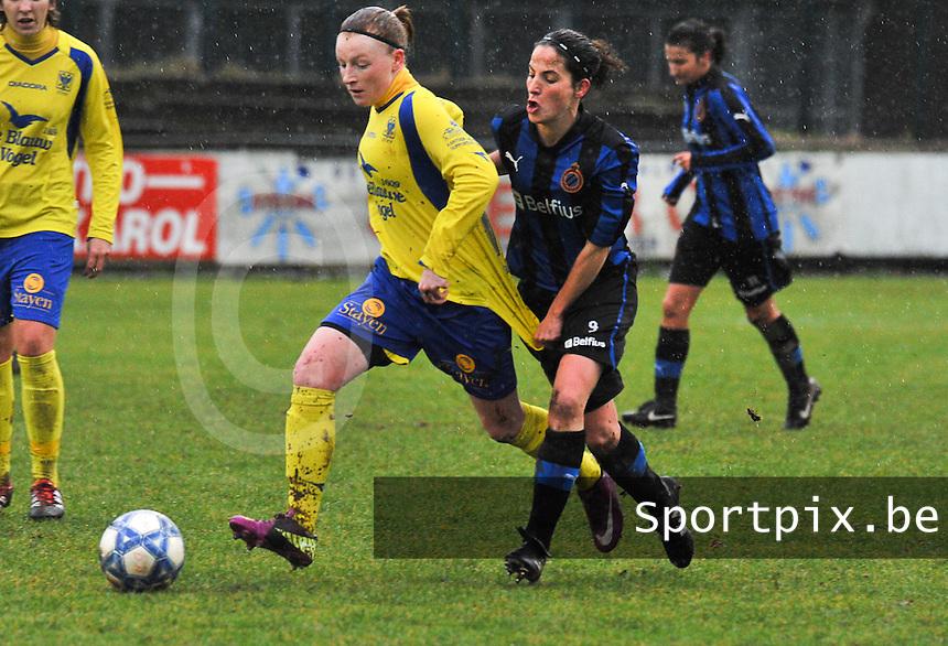 Club Brugge - STVV : Silke Leynen aan de bal voor Lore Dezeure.foto Joke Vuylsteke / Vrouwenteam.be