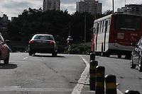 SÃO PAULO, SP, 16/05/2012, CICLISTA IMPRUDENCIA.<br /> <br /> A falta de ciclivias obriga ao ciclista andar em meio aos veiculos,  como na foto em pleno viaduto Radial Leste.<br /> <br />  Luiz Guarnieri/ Brazil Photo Press.