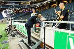 Solna 2015-07-26 Fotboll Allsvenskan AIK - IF Elfsborg :  <br /> AIK:s Henok Goitom skriver en autograf p&aring; en ung AIK-supporters tr&ouml;ja efter matchen mellan AIK och IF Elfsborg <br /> (Foto: Kenta J&ouml;nsson) Nyckelord:  AIK Gnaget Friends Arena Allsvenskan Elfsborg IFE supporter fans publik supporters glad gl&auml;dje lycka leende ler le