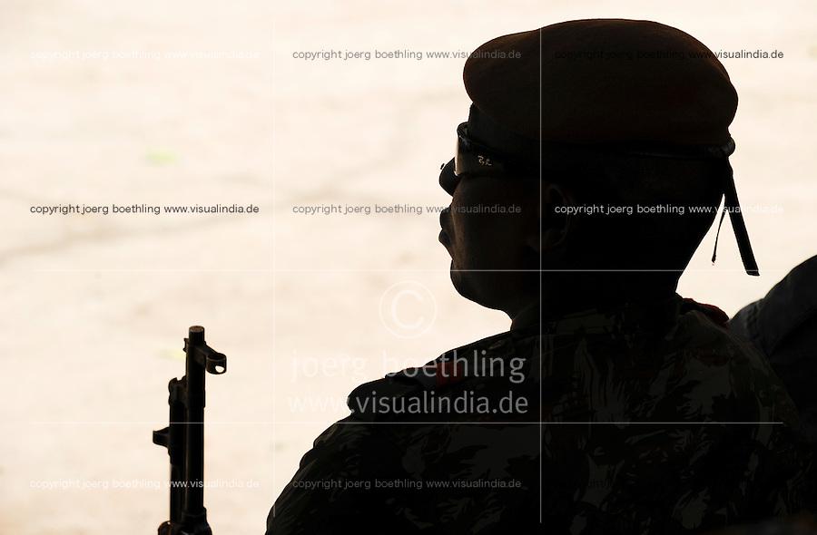 Mali , Soldaten der malischen Armee auf Dorfversammlung / Mali , soldier at village meeting