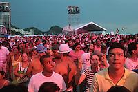 RIO DE JANEIRO, RJ, 31.12.2013 - O público se concentra diante do palco principal, em frente ao Copacabana Palace, à espera dos shows e queima de fogos do Réveillon do Rio de Janeiro que espera cerca de 2,3 milhões de pessoas na praia de Copacabana. (Foto. Néstor J. Beremblum / Brazil Photo Press)