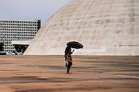 BRASÍLIA, DF, 07.03.2016 - CLIMA-DF - Mulher com guarda-chuva ao lado do Congresso Nacional na Área central de Brasília após forte chuva na tarde desta segunda-feira, 07. (Foto: Ricardo Botelho/Brazil Photo Press)