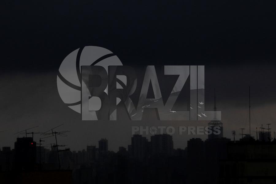 SAO PAULO, SP, 17-01-2014, CHUVA. Chuva forte em Sao Paulo na tarde dessa sexta-feira (17). Na foto mal se pode ver os predios apartir da regiao da Mooca.          Luiz Guarnieri/ Brazil Photo Press.