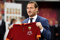 Francesco Totti shows a shirt after being officially included in the AS Roma team hall of fame ahead the Uefa Champions League 2018/2019 Group G football match between AS Roma and Real Madrid atOlimpico stadium , Rome, November, 27, 2018 <br />  Foto Andrea Staccioli / Insidefoto