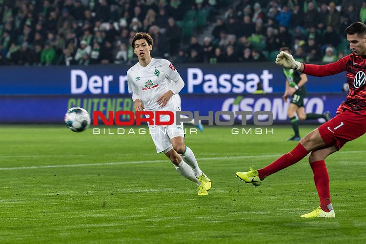 01.12.2019, Volkswagen Arena, Wolfsburg, GER, 1.FBL, VfL Wolfsburg vs SV Werder Bremen<br /> <br /> DFL REGULATIONS PROHIBIT ANY USE OF PHOTOGRAPHS AS IMAGE SEQUENCES AND/OR QUASI-VIDEO.<br /> <br /> im Bild / picture shows<br /> Yuya Osako (Werder Bremen #08), <br /> Koen Casteels (VfL Wolfsburg #01), <br /> <br /> Foto © nordphoto / Ewert