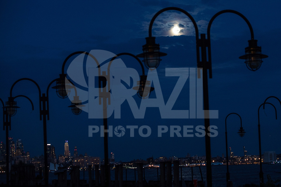 NEW YORK, EUA, 06.08.2017 - LUA-NEW YORK - Vista da lua cheia a partir da cidade de New York nos Estados Unidos na noite deste domingo, 06. (Foto: William Volcov/Brazil Photo Press)