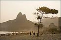 - Brésil- Rio de Janeiro- Plage de Copacabana le soir.