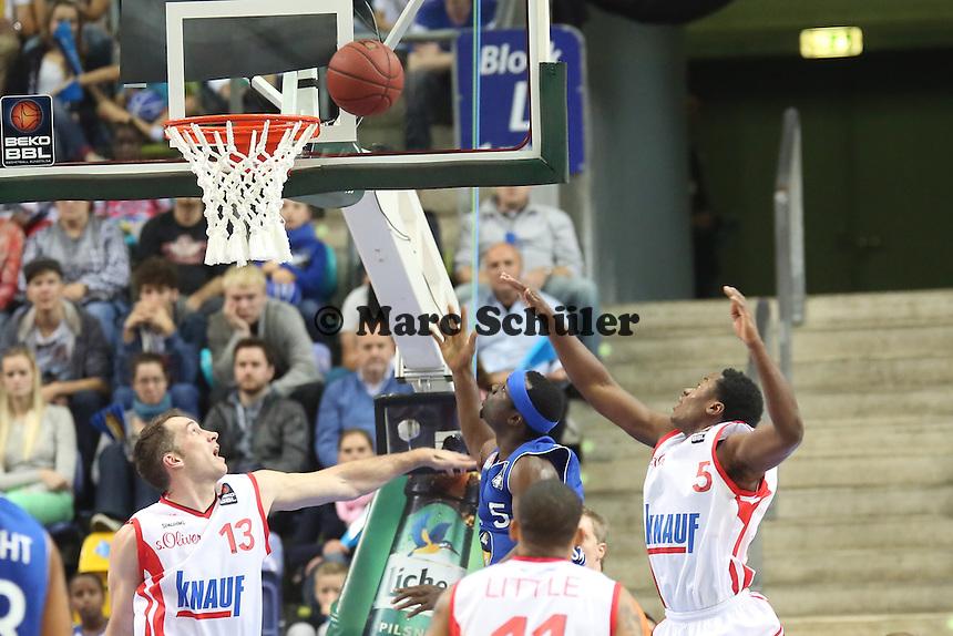 Dawan Robinson (Skyliners) setzt sich durch gegen Chris McNaughton und Ricky Harris (Wuerzburg)- Fraport Skyliners vs. s.Oliver Baskets Würzburg, Fraport Arena Frankfurt
