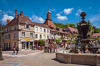 Frankreich, Bourgogne-Franche-Comté, Département Jura, Poligny (Jura): Brunnen auf dem Place des Déportés im Zentrum der Altstadt | France, Bourgogne-Franche-Comté, Département Jura, Poligny (Jura): fountain at square Place des Déportés in old town centre