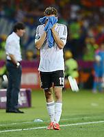 FUSSBALL  EUROPAMEISTERSCHAFT 2012   VORRUNDE Niederlande - Deutschland       13.06.2012 Thomas Mueller (Deutschland) wischt sich mit einem Handtuch das Gesicht ab
