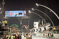 SAO PAULO, SP, 17 DE FEVEREIRO 2012 - CARNAVAL 2012 SP - GRUPO DE PARAQUEDISTAS - Paraquedistas fazem apresentação antes da abertura oficial do Carnaval 2012, no Sambodromo do Anhembi na regiao norte da cidade de Sao Paulo, nesta sexta-feira. 17. (FOTO: RICARDO LOU - BRAZIL PHOTO PRESS).