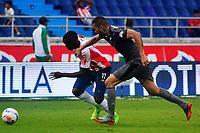 BARRANQUILLA - COLOMBIA, 22-09-2018: Daniel Moreno  (Izq.) jugador de Atlético Junior disputa el balón con Jeider Riquett (Der.) jugador de La Equidad, durante partido de la fecha 11 entre Atlético Junior y La Equidad por la Liga Aguila II 2018, jugado en el estadio Metropolitano Roberto Meléndez de la ciudad de Barranquilla. / Daniel Moreno (L) player of Atletico Junior vies for the ball with Jeider Riquett (R) player of La Equidad, during a match of the of the 11th date between Atletico Junior and La Equidad, for the Liga Aguila II 2018 at the Metropolitano Roberto Melendez stadium in Barranquilla city, Photo: VizzorImage  / Alfonso Cervantes / Cont.