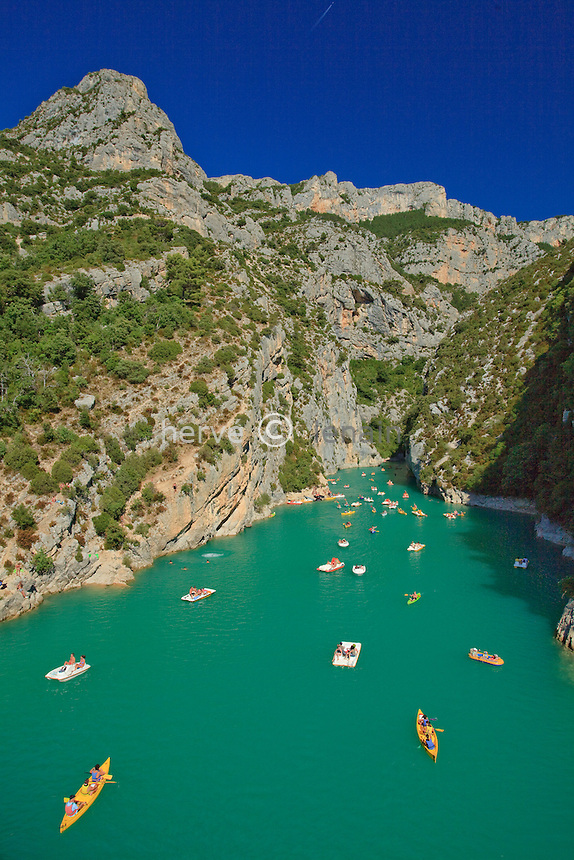 France, Var (83) et Alpes-de-Haute-Provence (04), parc naturel régional du Verdon, Gorges du Verdon, activités nautiques à l'entrée des Gorges du Verdon depuis le pont de Galetas // France, Alpes de Haute Provence, Parc Naturel Regional du Verdon (Natural Regional Park of Verdon), view on the entry of the Gorges of the Verdon river from the lake St Croix