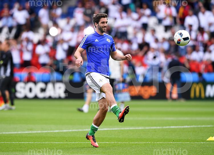 FUSSBALL EURO 2016 GRUPPE C in Paris Nordirland - Deutschland     21.06.2016 Will Grigg (Nordirland) am Ball beim Aufwaermen