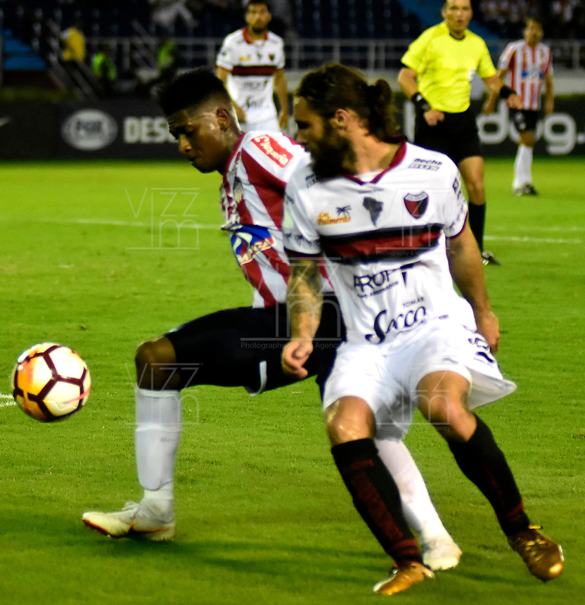 BARRANQUILLA - COLOMBIA, 26-09-2018: Yony González (Izq.) jugador de Atlético Junior (COL) disputa el balón con Franco Zucullini (Der.) jugador del Club Atlético Colón (ARG), durante partido de ida entre Atlético Junior (COL) y Club Atlético Colón (ARG), de los octavos de final llave D por la Copa Sudamericana en el estadio Metropolitano Roberto Meléndez de la ciudad de Barranquilla. / Yony Gonzalez (L) player of Atletico Junior (COL) vies for the ball with Franco Zucullini (R) player Colon (ARG), during a match between Atletico Junior (COL) and Club Atletico Colon (ARG), of the first leg of the knockout key D for the Sudamericana Cup at the Metropolitano Roberto Melendez stadium in the city of Barranquilla. Photo: VizzorImage / Alfonso Cervantes / Cont.