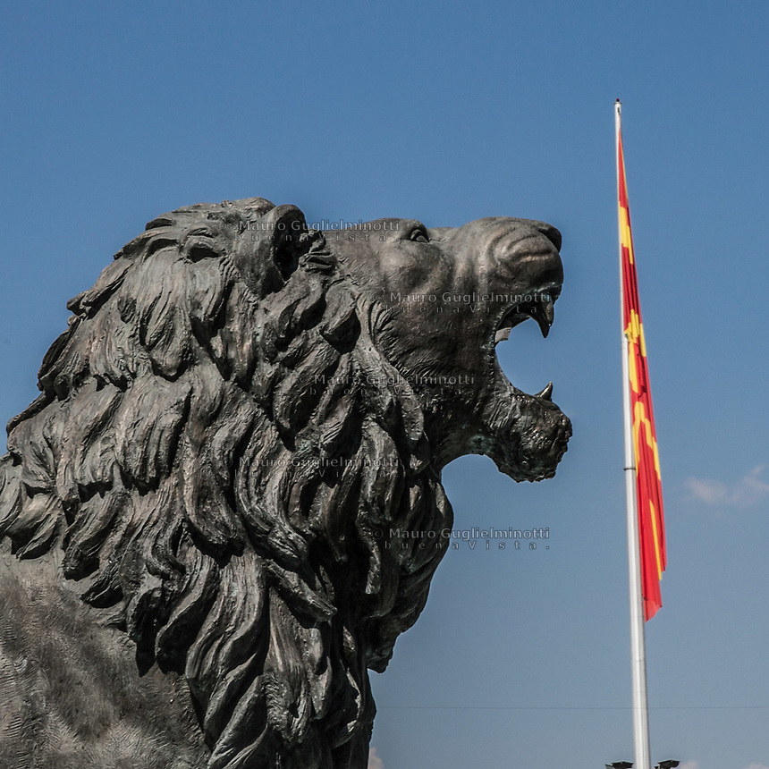 Piazza principale di Skopjie, grandiosi monumenti per incitare al nazionalismo Skopjie main square, monuments to increase nationalism<br /> il leone simbolo della Macedonia<br /> the lion