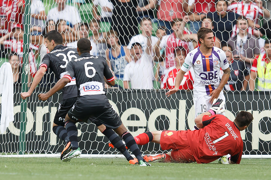 LIVE PHOTO #MHvPG @MelbourneHeart v @PerthGloryFC on 9-Feb at AAMI Park (Photo @sydlow/syd-low.com/#MHFC)