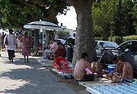 BARDOLINO LAGO DI GARDA (VERONA)  .BAGNANTI IN RIVA AL LAGO E SUI MARCIAPIEDI . FOTO CIRO DE LUCA