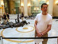 RIO DE JANEIRO, RJ, 31 DE JULHO 2012 - MONTAGEM DA ESPOSIÇÃO CORPOS PRESENTES.  Nesta terça feira (31) O artista plastico Britanico Antony Gormley ( Camiseta Branca) monta sua exposiçao no Centro Cultural Banco do Brasil ( CCBB) situado no Centro do Rio de Janeiro.<br /> FOTO RONALDO BRANDAO/BRAZIL PHOTO PRESS