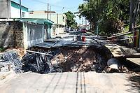 SÃO PAULO, SP, 21.03.2016 –ROMPIMENTO-ADUTORA - Uma adutora rompeu após o grande volume de água causado pela chuva do dia 24 de fevereiro, até o momento não teve nenhum procedimento para arrumar a adutora e o asfalto da via, no bairro de Vila Cardoso região leste de São Paulo, nesta segunda-feira, 21.(Foto: Marcos Moraes/Brazil Photo Press)