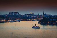 Ångbåten Blidösund vid Stockholms ström i skymningen