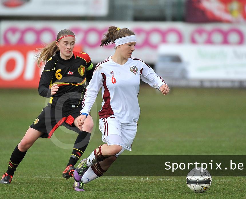 Russia U19 - Belgium U19 : Margarita Chernomyrdina aan de bal voor Julie Biesmans.foto DAVID CATRY / Nikonpro.be