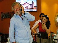 en un vuelo comercial llegó el padre de la novia el violinista Zbigniew Paleta, acompañado de familiares de Polonia y de la actriz Dalila Polanco (rojo)...<br /> Diferentes personalidades de la política y el mundo del espectáculo comenzaron a llegar a Mérida, donde se realizará el enlace nupcial de Emiliano Salinas y Ludwika.<br /> Ichkan/NortePhoto