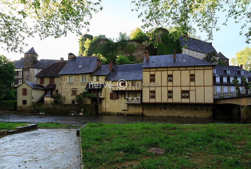 France, Corr&egrave;ze (19), S&eacute;gur-le-Ch&acirc;teau, class&eacute; Plus Beaux Villages de France, le village domin&eacute; par les ruines du ch&acirc;teau et travers&eacute; par l' Auv&eacute;z&egrave;re // France, Correze, Segur le Chateau, labelled Les Plus Beaux Villages de France (The Most beautiful<br /> Villages of France), the village dominated by the ruins of the castle and crossed by the Auvezere