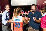 LONDEN - KNHB voorzitter Erik Cornelissen en Jeroen Bijl (technisch directeur KNHB) met de winnaars van goud,  na  de finale Nederland-Ierland (6-0),  bij  wereldkampioenschap hockey voor vrouwen.   COPYRIGHT  KOEN SUYK
