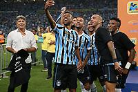 Porto Alegre (RS), 17/04/2019 - Futebol / Campeonato / Gremio / Internacional - Jogadores do Grêmio comemoram o título do Campeonato Gaúcho 2019 após a vitória, nos pênaltis, diante do Internacional, na Arena Grêmio, em Porto Alegre, no final da noite desta quarta-feira (17). Após o empate por 0 a 0 nos dois jogos da decisão, o Grêmio venceu por 3 a 2 nas penalidades. (Foto: Edu Peixoto/Brazil Photo Press/Agencia O Globo) Esportes