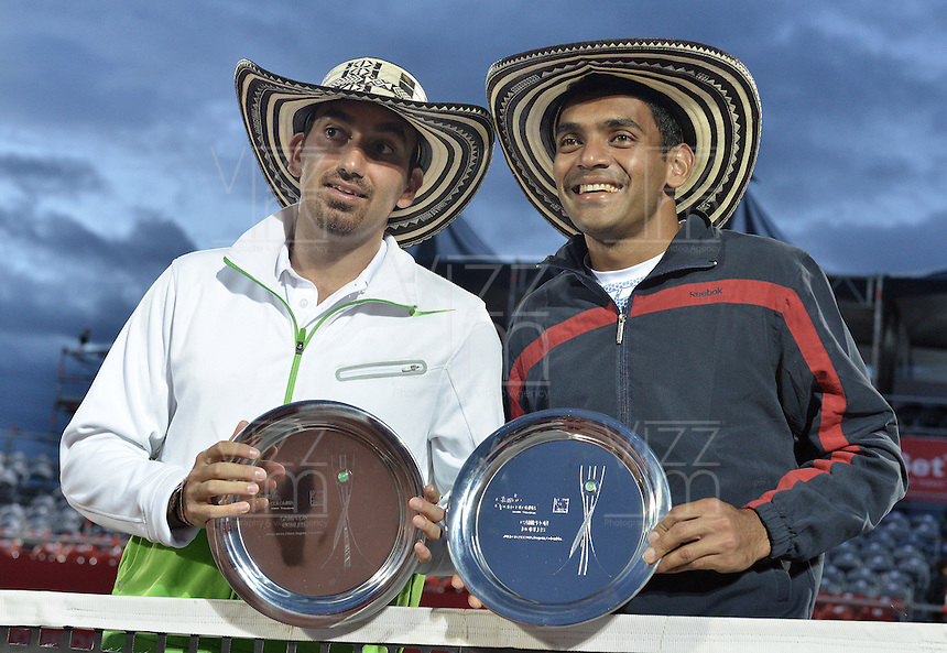 BOGOTÁ -COLOMBIA. 20-07-2013. Purav Raja (IND)/Dijiv Sharan (IND) posan para los fotógrafos despues de haber ganado el título en dobles del ATP Claro Open Colombia 2013 tras vencer a Edouard Roger-Vasselin (FRA)/Igor Sijsling (HOL). El tornero ATP tour 250 es realizado en el Centro de Alto Rendimiento en la ciudad de Bogotá./ Purav Raja (IND)/Dijiv Sharan (IND) pose to the photographers after winning the first place on doubles of the ATP Claro Colombia 2013 after defeated Edouard Roger-Vasselin (FRA)/Igor Sijsling (HOL) today at Centro Alto Rendimiento in Bogota city. Photo: VizzorImage / Str