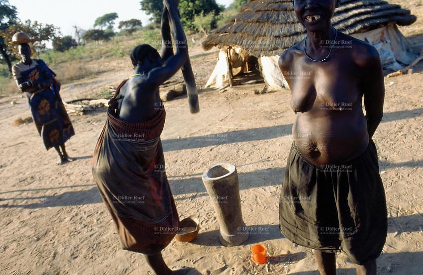Sudan. South Sudan. Bahr El Ghazal. Malval Akon.Traditionnal dinka village life. © 1999 Didier Ruef