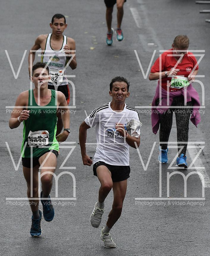 BOGOTÁ -COLOMBIA, 30-07-2017: Aspecto de los participantes en la media maratón de Bogotá 2017, mmB. Con sus tradicionales 21km, en esta ocasión el ganador en elite varones fue Feyisa Lilesa de Etiopía, con un tiempo de 1h 04m 30s, y en elite mujeres Brigid Kosgei de Kenia con un tiempo de 1h 12m 16s. / Aspect of the people during the half marathon of Bogota 2017, mmB. With its 21Km in this edition the winner was Feyisa Lilesa of Ethiopia in elite men category with a time of 1h 05m 16s, and in elite women the winner was Brigid Kosgei of Kenya with a time of 1h 12m 16s. Photo: VizzorImage/ Gabriel Aponte / Staff